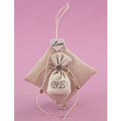 Κρεμαστή Μπομπονιέρα Γάμου Μαξιλαράκι με Πουγκάκι και Διακόσμηση σε Χρώμα Άμμου