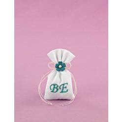 Μπομπονιέρα Γάμου Λευκό Πουγκί Μικρό με Βεραμάν Λουλουδάκι Πλεκτό και Μονογράμματα