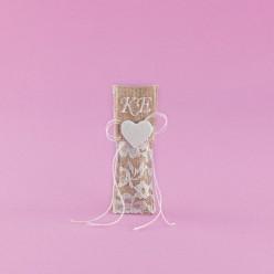 Μπομπονιέρα Γάμου Φακελάκι Λινάτσα-Δαντέλα με Κεντημένα Αρχικά