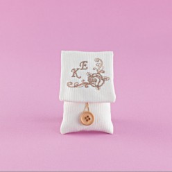 Μπομπονιέρα Γάμου Εκρού Φακελάκι με Κεντημένο Τριαντάφυλλο και Μονογράμματα