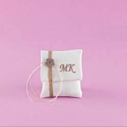 Μπομπονιέρα Γάμου Φακελάκι Εκρού με Μονογράμματα και Λουλουδάκι