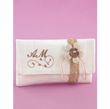 Μπομπονιέρα Γάμου Φάκελος Εκρού με Λουλουδάκι Άμμου και Κέντημα Μονογράμματα με Κλαράκι